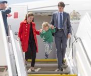 Hadrien Trudeau, trois ans, est descendu de l'avion... (Photo Ryan Remiorz, La Presse canadienne) - image 1.0