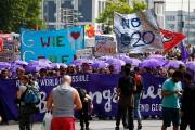 En plusieurs endroits de la ville, des rassemblements,sit-inet... (PHOTO FABRIZIO BENSCH, REUTERS) - image 1.0