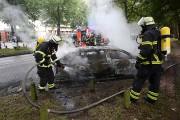 Des pompiers éteignent le feu dans une des... (PHOTO BODO MARKS, AFP/DPA) - image 1.1