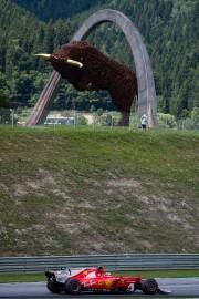 Le Finlandais Kimi Raikkonen passe à haute vitesse... - image 3.0