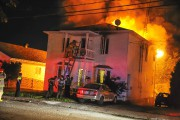 L'incendie a commencé en arrière du bâtiment.... (Photo Le Quotidien, Gimmy Desbiens) - image 2.0