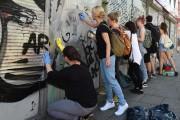 Des citoyens nettoient les murs graffités après le... (Photo  Christof Stache, AFP) - image 1.0