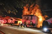 Les pompiers ont combattu le feu durant plusieurs... (Photo Le Quotidien, Gimmy Desbiens) - image 2.0