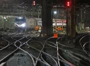 Des employés d'Amtrak s'affairent à réparer les voies... (AP) - image 2.0
