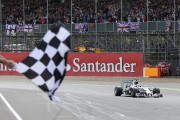 Le Britannique Lewis Hamilton franchit la ligne d'arrivée... - image 6.0