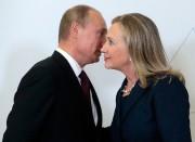 Vladimir Poutine et Hillary Clinton, alors secrétaire d'État,... (NYT) - image 2.0