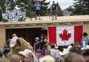 Un homme avait placé une affiche au-dessus de... (La Presse canadienne, Jeff McIntosh) - image 2.0