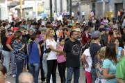 De longues files d'attente se sont créées devant... (AFP, Federico Parra) - image 2.0