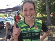 Caroline St-Pierre, célèbre sa victoire au demi-Ironman du... (La Tribune, Jean-Guy Rancourt) - image 1.0
