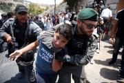 Un jeune Palestinien est détenu par lapolice des... (AFP) - image 2.0