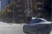 Un cycliste s'est fait percuter par une voiture... (Capture d'écran, Youtube) - image 2.0