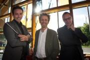 Le chef d'orchestre AdamJohnson, l'humoriste AndréSauvé et le... (Photo Olivier PontBriand, La Presse) - image 3.0