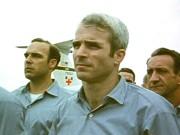 John McCain pose avec d'autres prisonniers de guerre,... (AP) - image 6.0