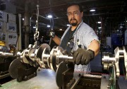 Un travailleur manipule un vilbrequin à l'usine de... - image 1.0