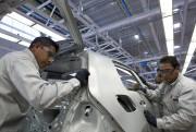 Ces travailleurs mexicains préparent la carrosserie d'une Golf... - image 5.0