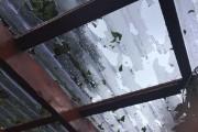La grêle a percé ce toit.... (Photo courtoisie) - image 1.0