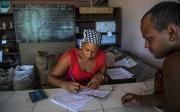 Une commerçante de San Luis, à Cuba, inscrit... (AFP, YAMIL LAGE) - image 2.0