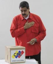 Nicolas Maduro met la main sur son coeur... (AP) - image 3.0