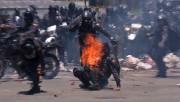 Image tirée d'une vidéo montrant un policier en... (AFP) - image 2.0