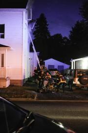 Les pompiers ont auvé au moins deux personnes... (Photo Le Quotidien, Gimmy Desbiens) - image 1.1