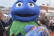 La mascotte du Festival du bleuet adore côtoyer... (Photo Le Quotidien, Dominique Gobeil) - image 2.0