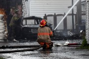 Le travail des pompiers jusqu'en soirée a nécessité... (Photo Le Quotidien, Rocket Lavoie) - image 2.0