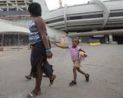Des demandeurs d'asile s'apprêtant à quitter le Stade... (La Presse canadienne, Ryan Remiorz) - image 3.0
