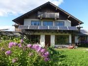 À l'écohameau, le style architectural alpin prédomine. Sur... (GREB) - image 2.0