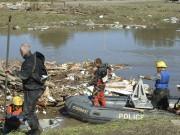 Les pompiers et les policiers fouillaient méticuleusement les... (Photothèque Le Soleil, Geneviève Gélinas) - image 2.0