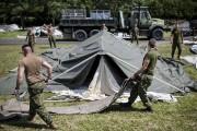 Des militaires canadiens assemblent des tentes pour accueillir... (La Presse, Édouard Plante-Fréchette) - image 2.0