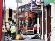 Le bus a partiellement démoli la façade du... (AP, Lauren Hurley) - image 2.0