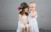 Charlotte, trois ans, accompagnée de sa soeur Noémie.... (Geneviève Trudel) - image 1.0
