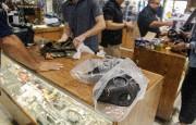 Un magasin de surplus militaire du comté d'Orange,... (AP, Ken Steinhardt) - image 2.0