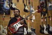 Erik Martinez exhibe une guitare Fender dans un... (AFP, YURI CORTEZ) - image 3.0