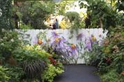 Une clôture sympathique est peinte de fleurs à... (www.jardinierparesseux.com) - image 3.0