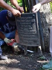 Une plaque célébrant Robert E. Lee enlevée à... (AP) - image 2.0