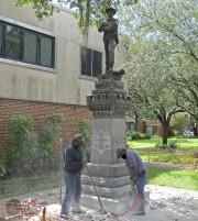 Cette statue confédérée érigée en 1904 a été... (AP) - image 3.0