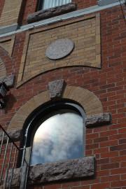 De multiples insertions de granit ornent le bâtiment.... (Sophie Richard) - image 1.1