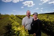 Nicholas Carrière et Geneviève Poulin, vignoble Ste-Angélique... (Photo Hugo-Sébastien Aubert, La Presse) - image 1.0
