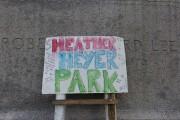 Une affiche à la mémoire de Hether Heyer... (AP, Cliff Owen) - image 1.0