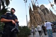 Un policier monte la garde près dela Sagrada... (AFP) - image 2.0