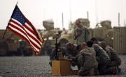 Des soldats américains rendent hommage à l'un des... (AFP) - image 3.0