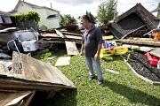 Michel Laurin constate les dégats dans sa cour... (Photo Patrick Sanfaçon, La Presse) - image 1.1
