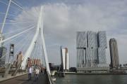 En traversant le pont Erasmusbrug, on aperçoit De... (Photo La Presse, Veronica Perez-Tejeda) - image 2.0