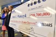 Mavis Wanczyk pose avec son chèque format géant.... (AP) - image 2.0