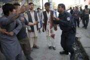 Des fidèles affolés à l'extérieur de la mosquée... (AP) - image 1.0