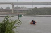 Des kayakistes se portent au secours d'automobilistes qui... (REUTERS) - image 3.0