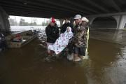 Des bénévoles viennent en aide à une personne... (AP) - image 3.0