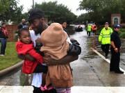 Un père retrouve ses enfants qui avaient été... (AFP) - image 3.0