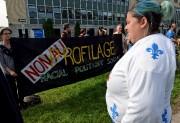 Une vingtaine de militants ont manifesté devant la... (Le Soleil, Erick Labbé) - image 3.0